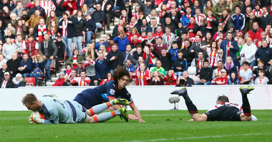 Steven Fletcher (r): Bundled over by Coloccini
