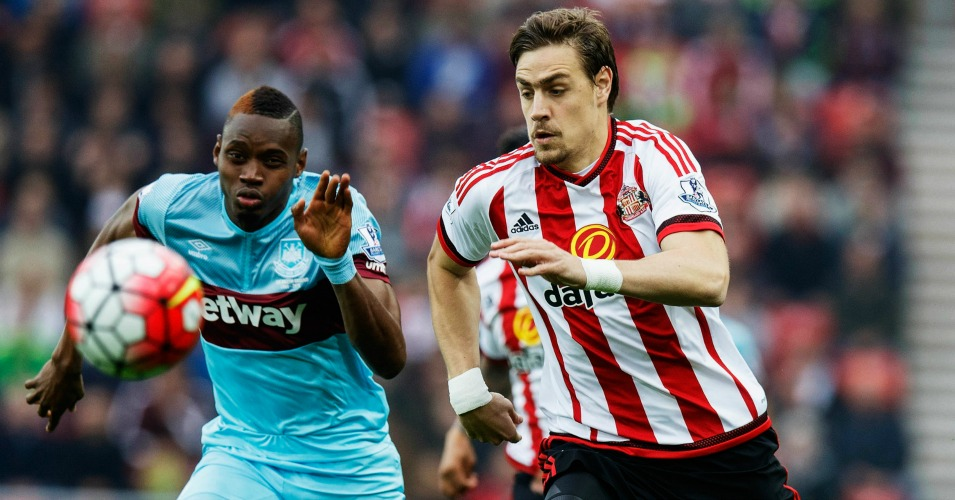 Sebastian Coates and Diafra Sakho battle for possession