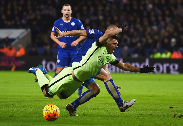 LEICESTER, ENGLAND - DECEMBER 29:  Sergio Aguero of Manchester City is challenged in the penalty area by Gokhan Inler of Leicester City during the Barclays Premier League match between Leicester City and Manchester City at The King Power Stadium on December 29, 2015 in Leicester, England.  (Photo by Laurence Griffiths/Getty Images)