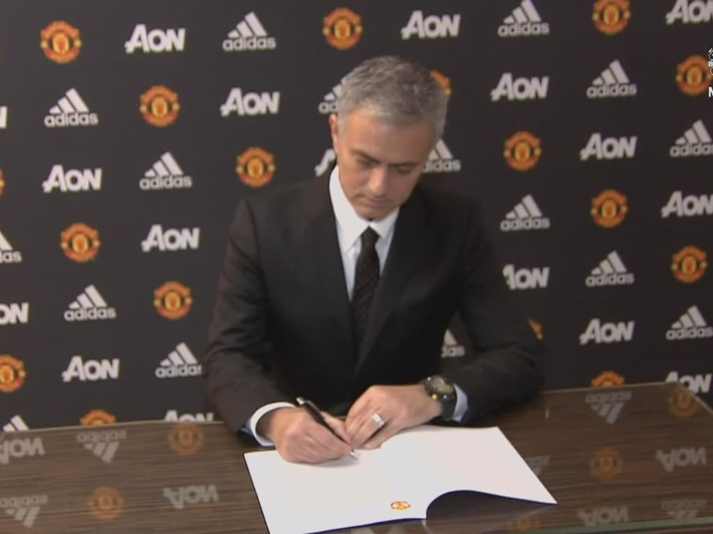 jose-mourinho-mutv-manchester-united-screengrab-contract-signs_3473829