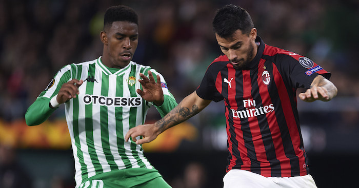 SEVILLE, SPAIN - NOVEMBER 08: Suso of AC Milan duels for the ball with Junior Firpo of Real Betis during the UEFA Europa League Group F match between Real Betis and AC Milan at Estadio Benito Villamarin on November 8, 2018 in Seville, Spain. (Photo by Aitor Alcalde/Getty Images)