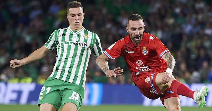 SEVILLE, SPAIN - APRIL 29: Sergi Darder of RCD Espanyol duels for the ball with Giovani Lo Celso of Real Betis Balompie during the La Liga match between Real Betis Balompie and RCD Espanyol at Estadio Benito Villamarin on April 29, 2019 in Seville, Spain. (Photo by Aitor Alcalde/Getty Images)