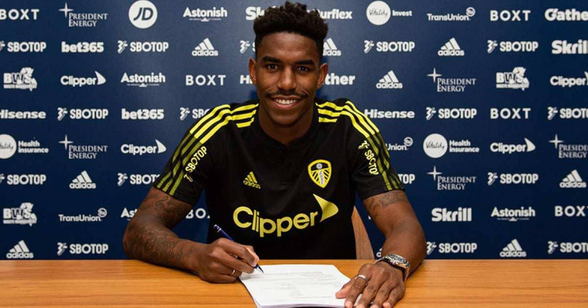 Junior Firpo signing contract (via Leeds United)