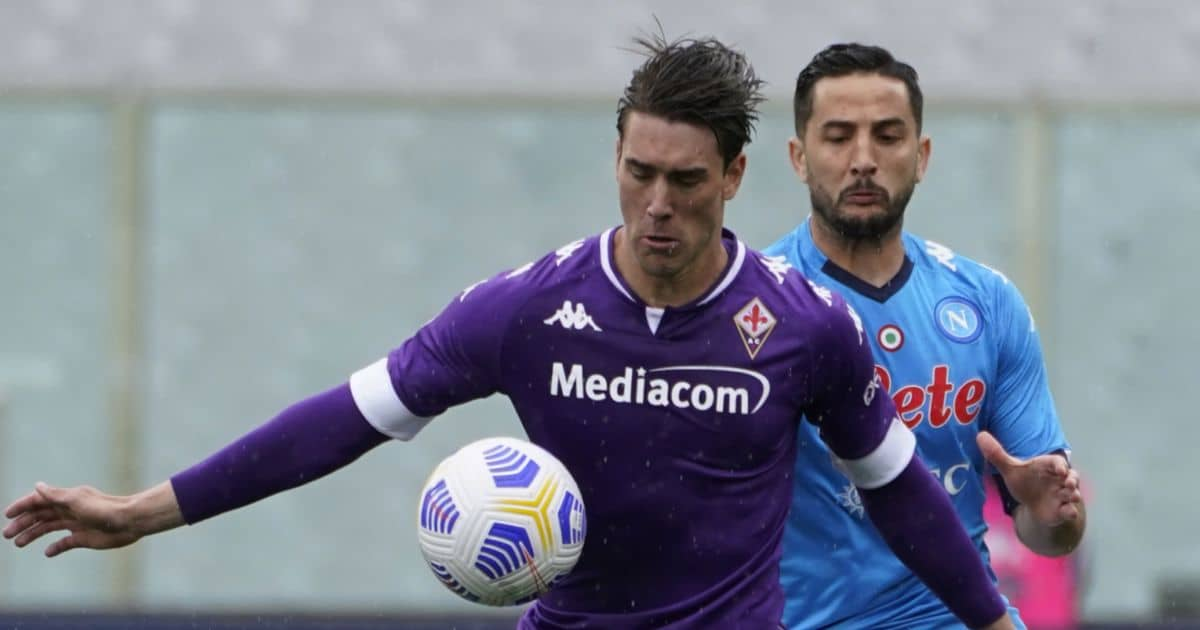 Dusan Vlahovic protects the ball from Kostas Manolas at Fiorentina-Napoli in May 2021