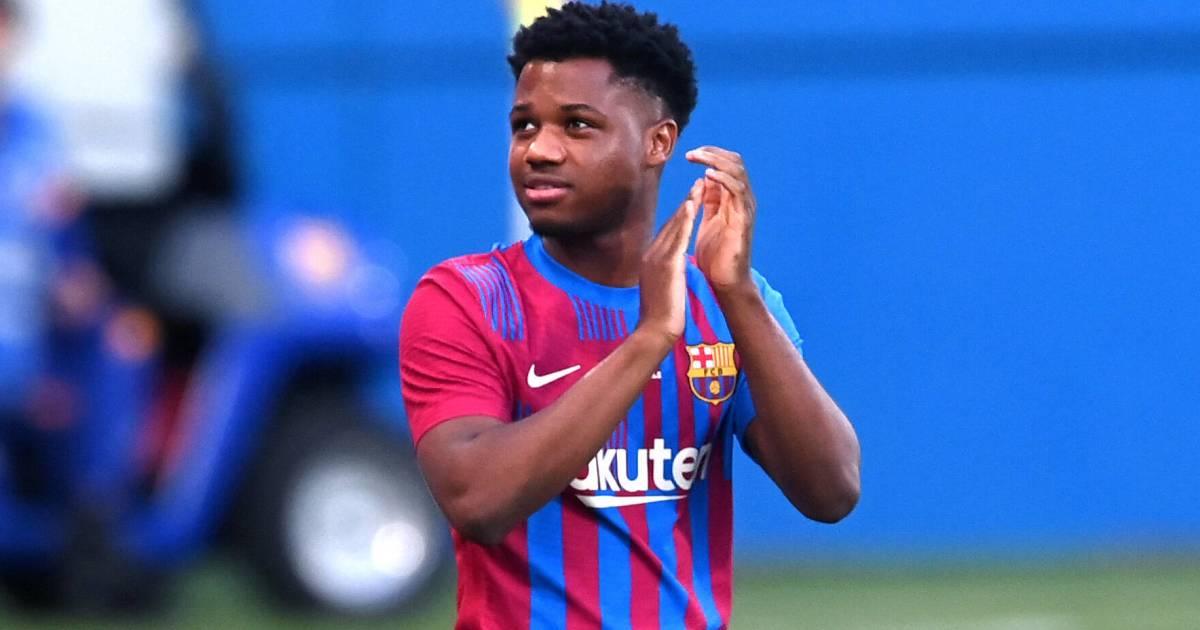 Ansu Fati claps the Barcelona fans, August 2021